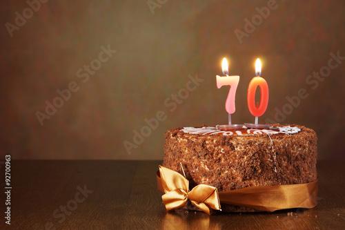 Gâteau au chocolat d'anniversaire avec des bougies allumées comme un certain Poster