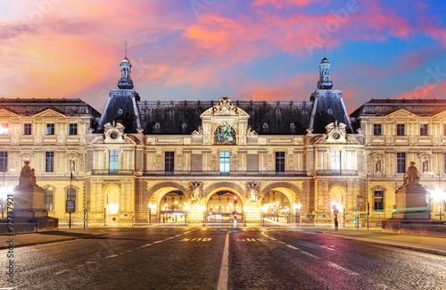 Musée du Louvre à Paris au lever du soleil, France Poster