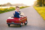 kind rijdt  auto