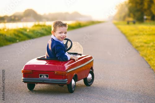 Plakat kind rijdt  auto