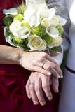 Fototapety Hände um dem Brautstrauss