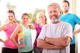 Fototapety gemischte Sportgruppe im Fitnessclub