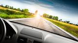 correre in auto su strada di campagna