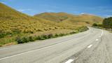 Einsame Landstraße durch die Natur
