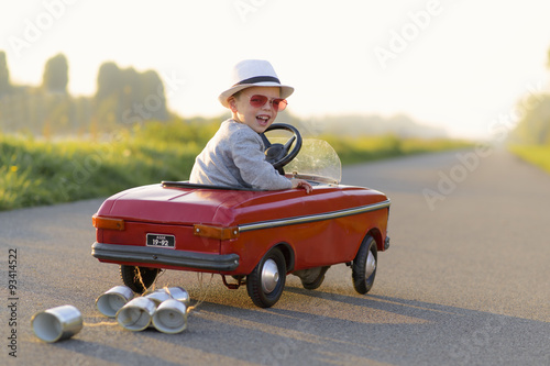 obraz lub plakat kind met de auto op vakantie