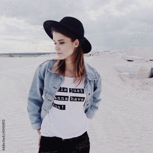Aluminium Exclusieve девушка в шляпе на белом песке