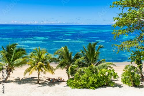 hamak-na-tropikalnych-plazach-na-rajskiej-wyspie