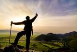 dağların zirvesinde gündoğumu ve zirve başarısı