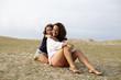 Hija abrazando a su madre en el campo
