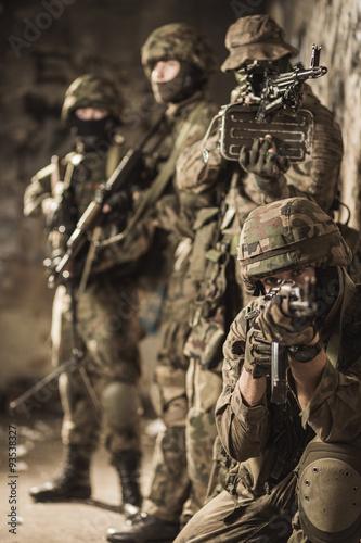 w-pelni-wyposazeni-wojskowi
