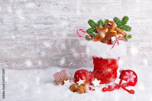 Nikolaus, Weihnachten  -  Hintergrund mit Nikolausstiefel und Süßigkeiten