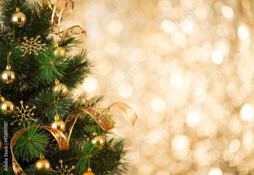 Christmas tree background with gold blurred light - 93610987
