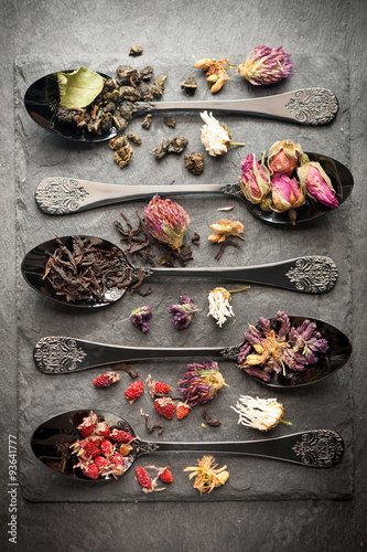 mata magnetyczna Different types of tea and dried herbs. Vertical