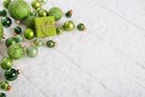 Dekoration zu Weihnachten in grün, maigrün oder lindgrün mit Holz Hintergrund und Schnee.
