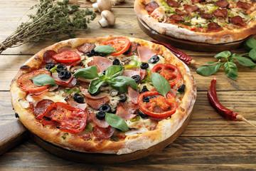 pizza su tavolo di legno rustico