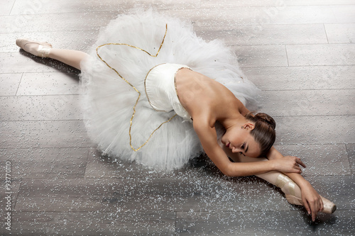 mata magnetyczna beautiful young ballerina in ballet pose