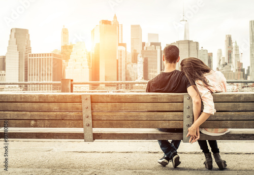 Foto op Aluminium New York couple relaxing on New york bench in front of the skyline at sun