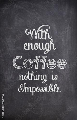 Kawowa wycena pisać z kredą na czarnej desce