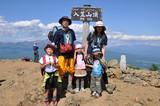 山頂で記念撮影する家族