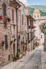Piękny ganek urządzone w miasteczku we Włoszech w okresie letnim, Umbria