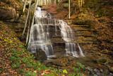 Paesaggio autunnale con cascata nel parco delle foreste Casentinesi, Toscana
