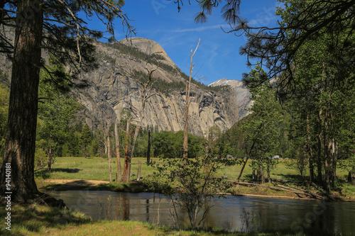traumhafte Natur Landschaft mit Bergen, Fluss und Wasserfällen © st1909