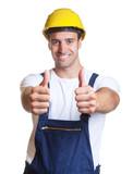 Attraktiver Bauarbeiter zeigt beide Daumen - 94229523