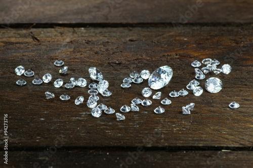 Tuinposter Antwerpen geschliffene Diamanten auf rustikalem Holzhintergrund