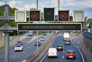 Verkehrstelematik an Autobahn – Verkehrsleitsystem Display mit Geschwindigkeitsbegrenzung