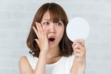 Fototapety 鏡を見て驚く女性
