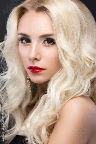 Poster Beautiful blond woman with evening make-up, red lips and curls