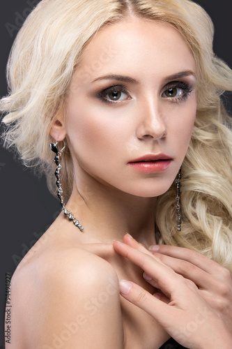 Tela Beautiful blond woman with evening make-up, tender lips and curls