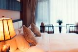 noční scéna v hotelovém pokoji připraven čerstvý postele