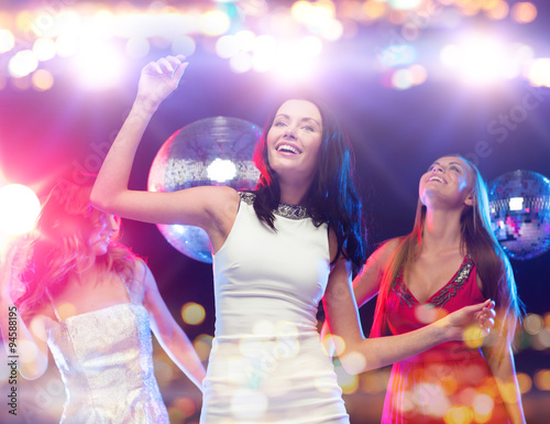 mata magnetyczna happy women dancing at night club