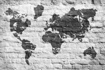 Mapa świata na białej ceglanej ścianie