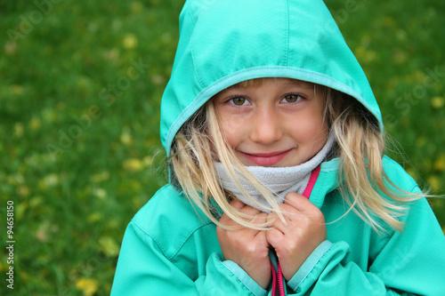 Glückliches kleines Mädchen in Softshell-Jacke Poster
