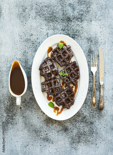 Foto: Chocolate Belgian waffles with salted caramel sauce and mint on ...