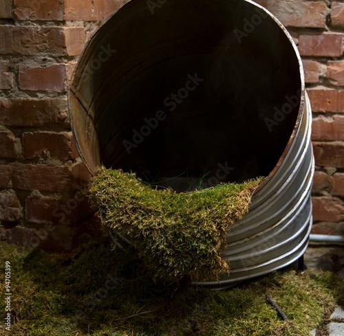In de dag Moss in pipe industrial composition