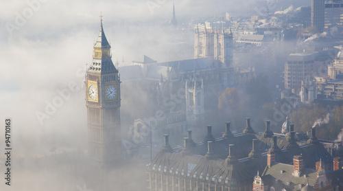 Heavy fog hits London - 94710163
