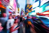 Menschenmengen und städtischer Verkehr im nächtlichen Manhattan mit kreativem Zoomeffekt