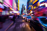 nächtlicher Straßenverkehr in Manhattan mit kreativem Zoomeffekt