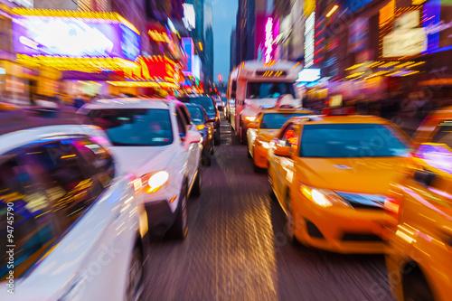 Plagát Bild mit kreativem Zoomeffekt vom Straßenverkehr im nächtlichen Manhattan, New Y