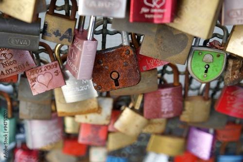 Foto op Plexiglas Kiev Vorhängeschlösser von verliebten Paaren an der Hohenzollernbrücke in Köln