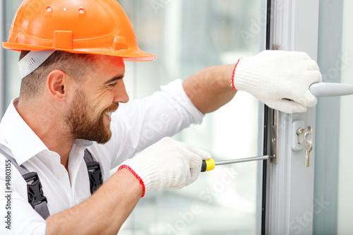 Rozochocony męski repairman pracuje z radością