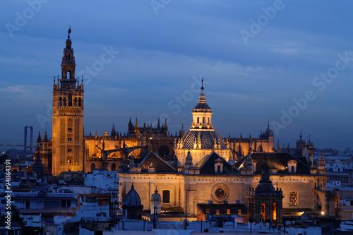 La nuit tombe sur la Cathédrale et la Giralda