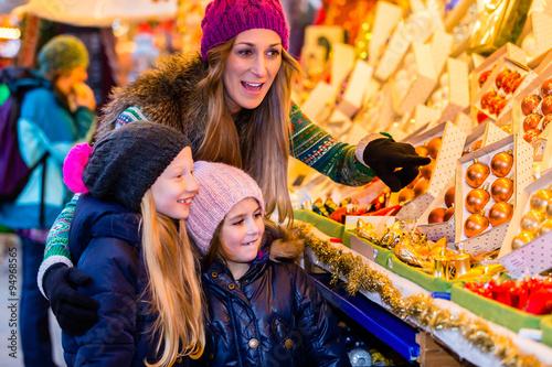 Familie Kauft Auf Weihnachtsmarkt Dekoration Stock