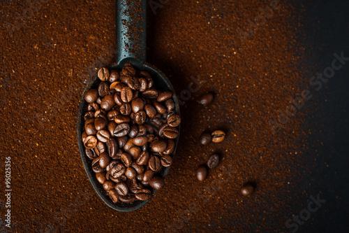 In de dag Koffiebonen Chicchi di caffè e caffè macinato