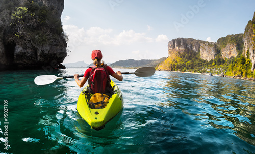 Lady with kayak - 95027109