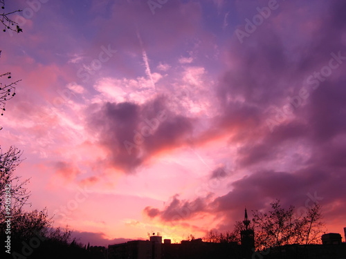 Aluminium Vibrant and colorful purple sunset with silhouette of mountain