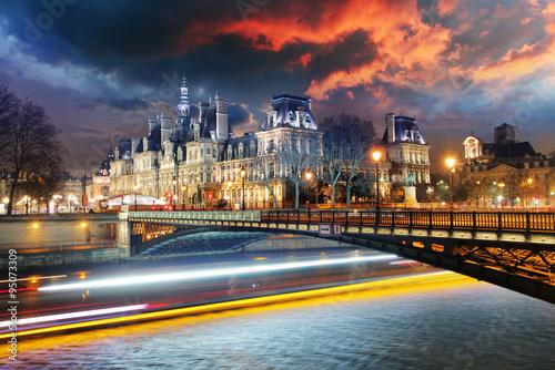 ratusz-w-paryzu-noca-hotel-de-ville